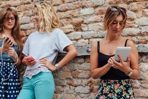 la ragazza felice usa il suo nuovo grande telefono astuto foto