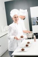 pasticcere professionista allegro della giovane donna sul lavoro