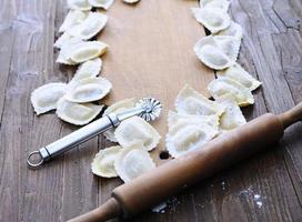 preparazione di ravioli freschi. foto