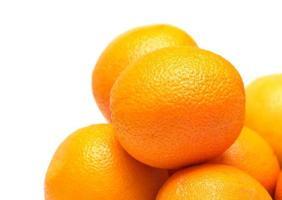 primo piano maturo di molte arance isolato su bianco foto