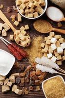 vari tipi di zucchero su fondo di legno marrone
