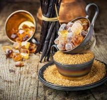 zucchero di canna su fondo di legno