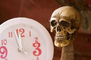 tempo di attesa del cranio sul tono vintage orologio foto