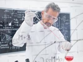 scienziato che conduce esperimento