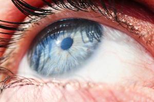 colpo a macroistruzione di un occhio umano foto