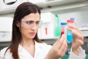 donna al lavoro in un laboratorio foto