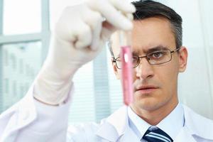 chimico al lavoro