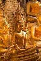 statua dorata del buddha foto