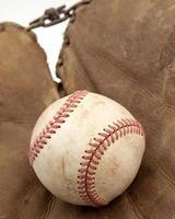 primo piano di vecchia palla & guanto