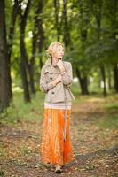 giovane donna che cammina nella foresta foto
