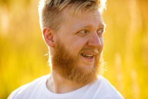 allegro uomo biondo con la barba in camicia foto