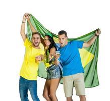 giovane gruppo di tifosi di calcio che incoraggiano con la bandiera del Brasile foto