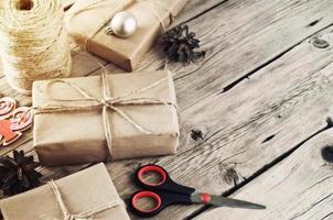regali di Natale su un primo piano di legno della tavola foto