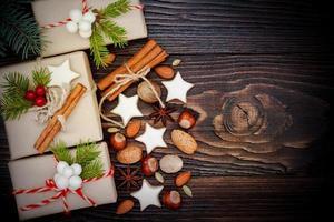 regali di Natale in scatole su un fondo di legno, copia spazio foto