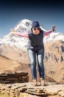 turista ragazza allegra in montagna foto