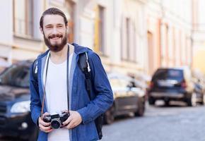 il turista barbuto allegro sta facendo il suo viaggio