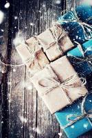 scatole in carta con cordoncino di lino. effetto disegnato neve foto