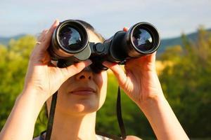 donna con binocolo foto