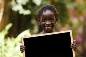 bambino africano e una lavagna - copia spazio