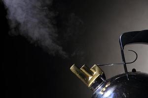 primo piano fumante del bollitore con lo spazio della copia