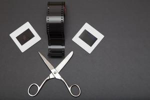 diapositiva, pellicola di inversione e forbici con spazio di copia