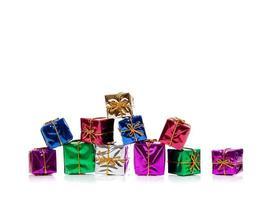 regali di Natale in miniatura su bianco con spazio di copia foto