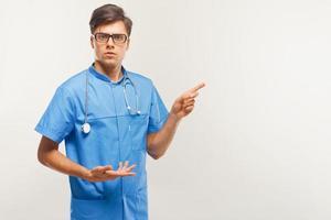 medico che mostra uno spazio di copia su sfondo bianco. foto