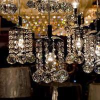 primo piano del candeliere del cristallo. sfondo glamour con spazio di copia