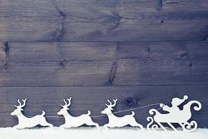 slitta di Babbo Natale vintage bianco, renne, neve, copia spazio