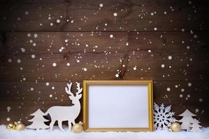cartolina di Natale bianca e dorata con copia spazio e fiocchi di neve foto