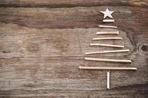 albero di Natale fatto di rami in legno e copia spazio