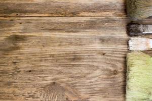 pennelli su fondo in legno vecchio. copia spazio a destra. foto