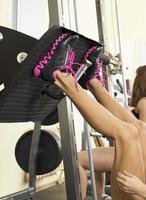 gambe della ragazza in risatine all'interno su spazio copia palestra fitness foto