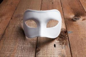 maschera veneziana bianca sul tavolo foto