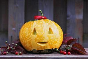 zucca di Halloween sul banco di legno con copia spazio per il testo foto