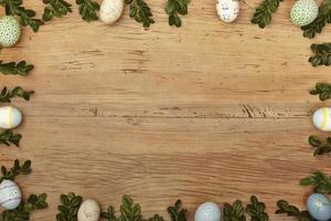 ramoscelli e uova di Pasqua come cornice su legno, copia spazio foto