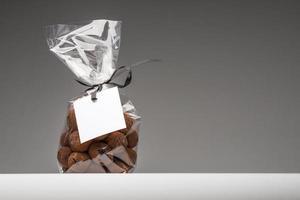 dono di cioccolatini natalizi con etichetta vuota e copia spazio foto