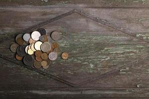 vista dall'alto monete sulla vecchia scrivania di legno con spazio di copia