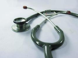 stetoscopio su bianco foto