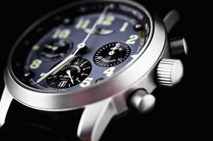 un orologio che mostra un tempo di 7 in punto foto
