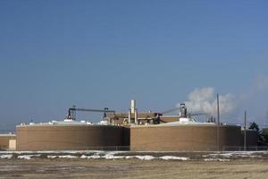 impianto di bonifica dell'acqua contro il cielo blu (copia spazio) foto