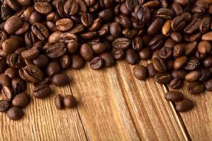 chicchi di caffè con copia spazio di struttura di legno foto