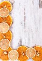 limone e arancia essiccati, copia spazio per il testo foto