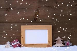 cornice con decorazioni rosse di Natale, copia spazio, fiocchi di neve foto