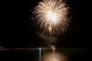 fuochi d'artificio sulla spiaggia - copia spazio foto