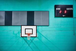 rete palla da basket e tabellone segnapunti