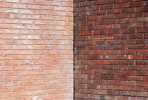 angolo di due muri di mattoni con copia simmetrica dello spazio foto