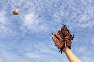 mano nel guanto da baseball e pronto a prendere la palla foto