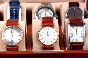scatola con orologi da polso foto