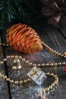decorazioni natalizie su uno sfondo di alberi e coni